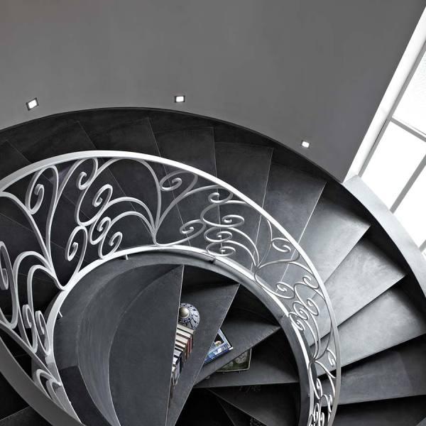 Лестница винтовая с кованными перилами